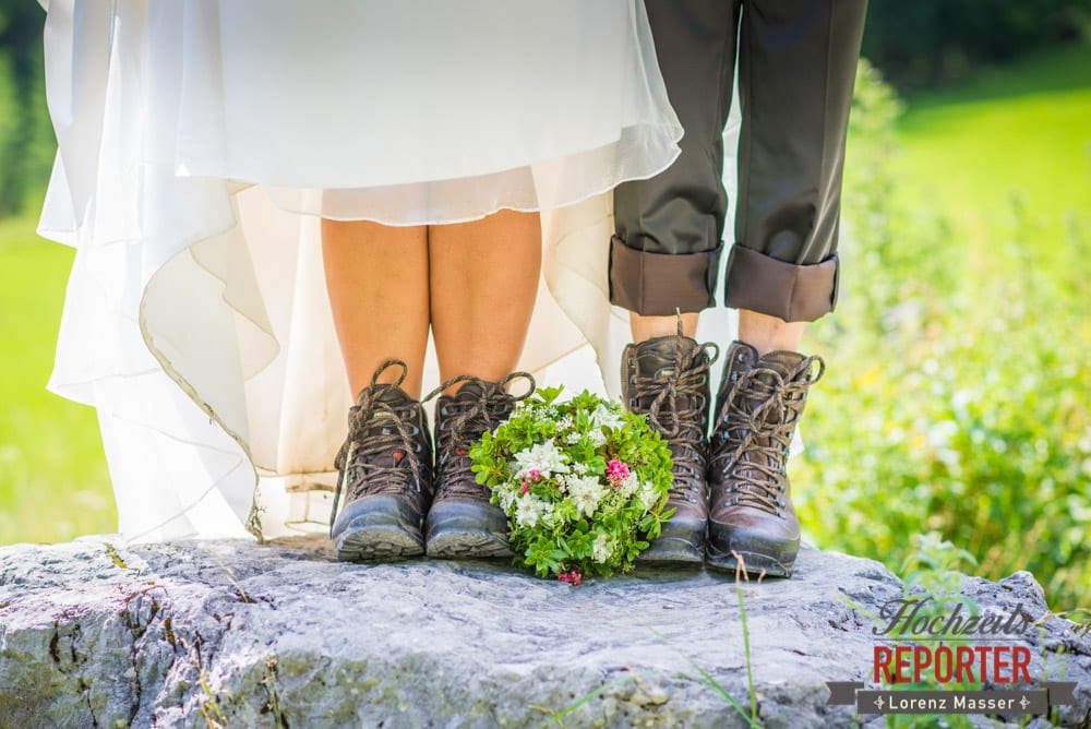 Brautpaar in Wanderschuhen, Unterhofalm, Filzmoos, Hochzeitsfotograf, Wedding Photographer, Lorenz Masser