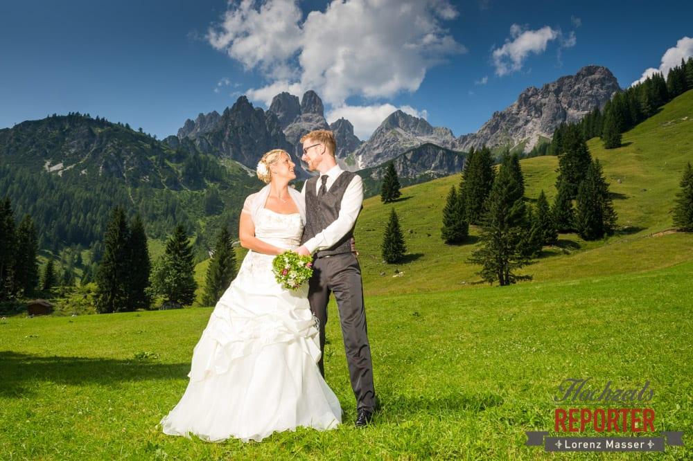 Brautpaar vor Bischofsmütze, Wandern, Unterhofalm, Filzmoos, Hochzeitsfotograf, Wedding Photographer, Lorenz Masser