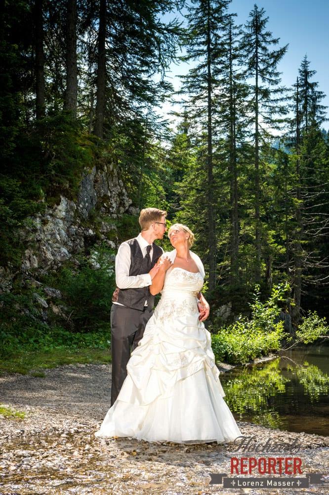Brautpaar vor Teich, Unterhofalm, Filzmoos, Hochzeitsfotograf, Wedding Photographer, Lorenz Masser