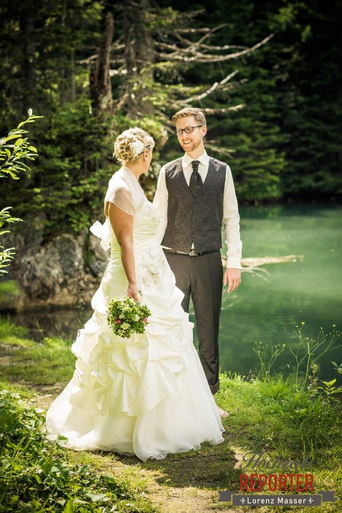 Brautpaar im Portrait, schauen sich gegenseitig an, Unterhofalm, Filzmoos, Hochzeitsfotograf, Wedding Photographer, Lorenz Masser