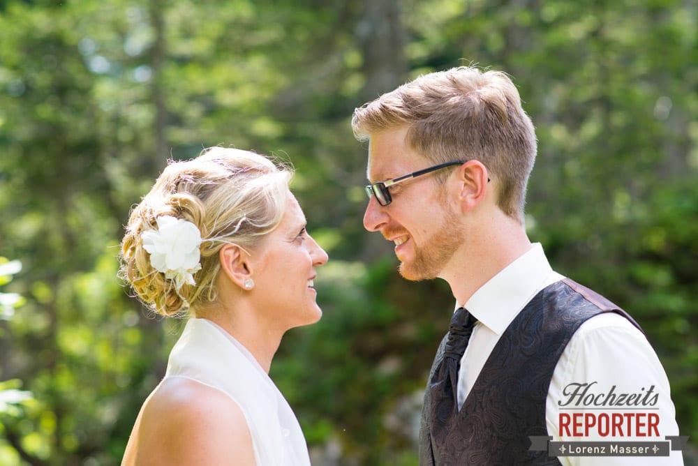 Brautpaar schaut sich in die Augen, Unterhofalm, Filzmoos, Hochzeitsfotograf, Wedding Photographer, Lorenz Masser