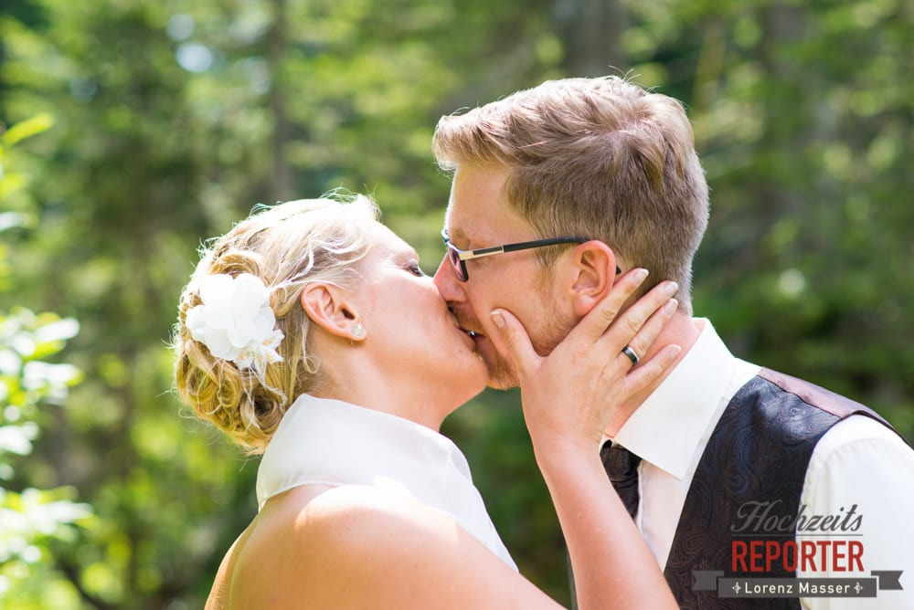 Brautpaar küsst sich, Unterhofalm, Filzmoos, Hochzeitsfotograf, Wedding Photographer, Lorenz Masser