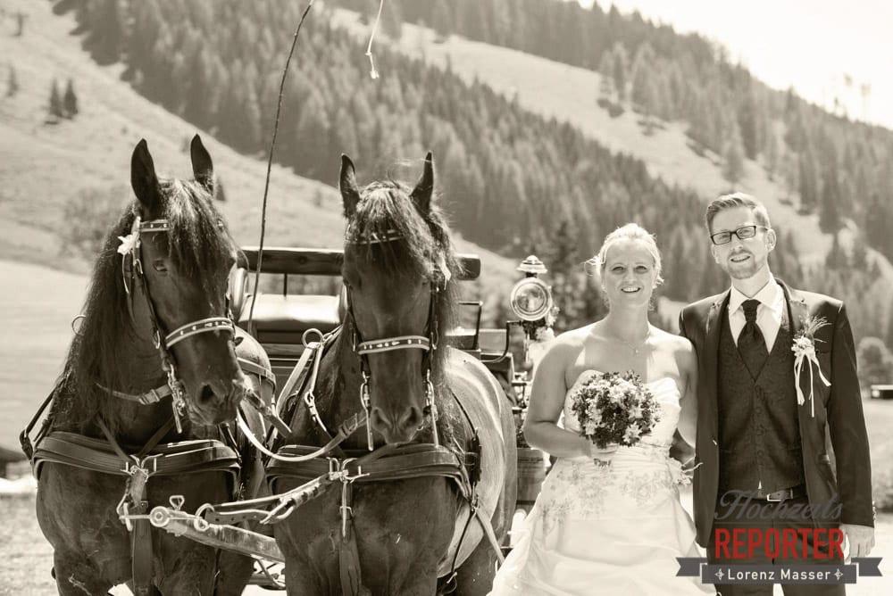 Brautpaar neben Pferden von Pferdekutsche, Unterhofalm, Filzmoos, Hochzeitsfotograf, Wedding Photographer, Lorenz Masser