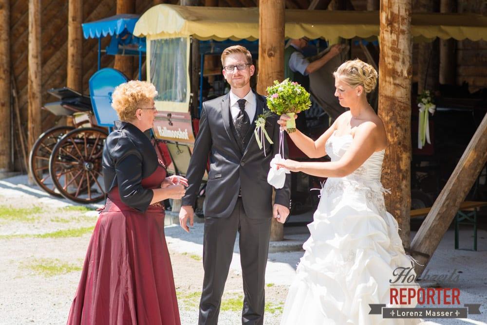 Brautpaar mit Mutter in Vorbereitung, Unterhofalm, Filzmoos, Hochzeitsfotograf, Wedding Photographer, Lorenz Masser
