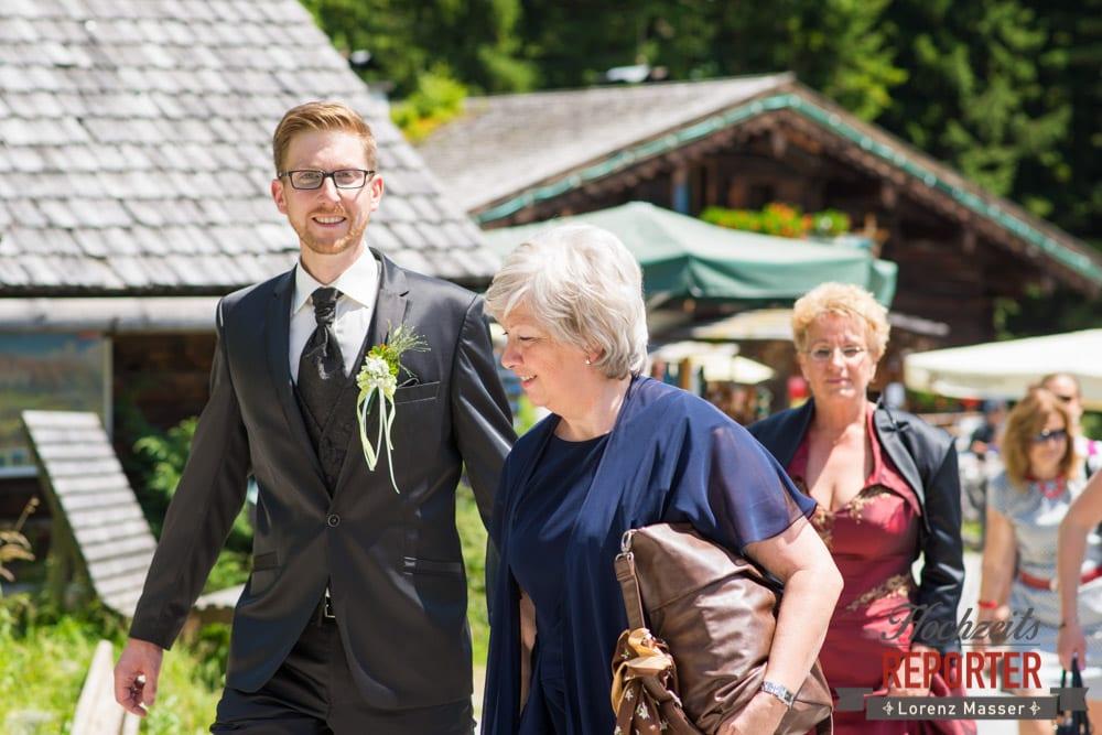 Bräutigam mit Mutter, Unterhofalm, Filzmoos, Hochzeitsfotograf, Wedding Photographer, Lorenz Masser