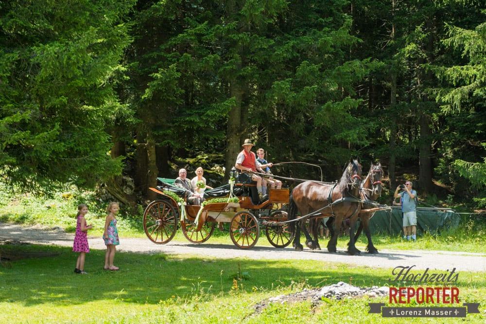 Braut und Vater kommen mit Pferdekutsche an, Unterhofalm, Filzmoos, Hochzeitsfotograf, Wedding Photographer, Lorenz Masser