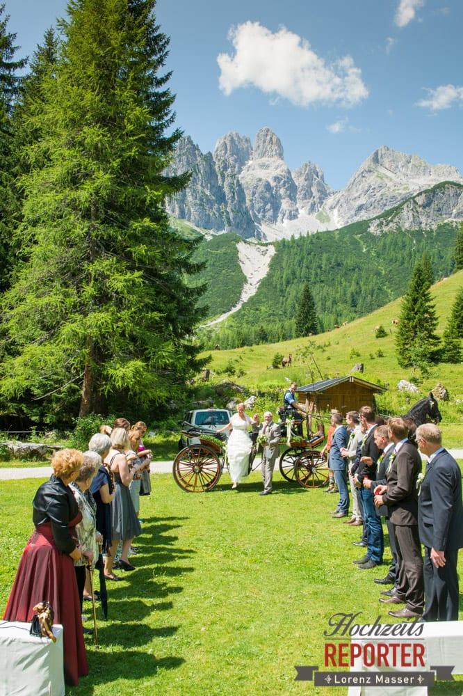 Brautpaar steigt aus Pferdekutsche aus, Unterhofalm, Filzmoos, Hochzeitsfotograf, Wedding Photographer, Lorenz Masser