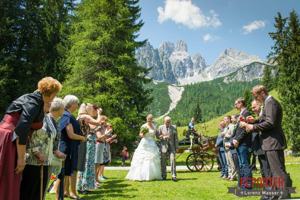 Brautpaar geht mit Vater zum Altar, Unterhofalm, Filzmoos, Hochzeitsfotograf, Wedding Photographer, Lorenz Masser