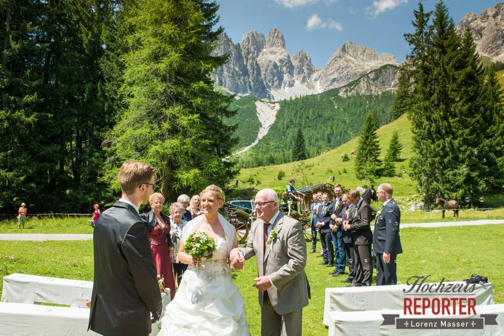 Brautpaar bei Trauung, Unterhofalm, Filzmoos, Hochzeitsfotograf, Wedding Photographer, Lorenz Masser