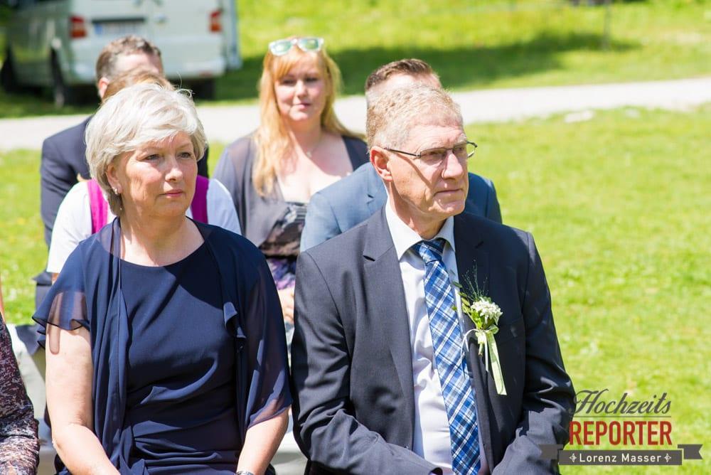 Hochzeitsgesellschaft während Trauung, Unterhofalm, Filzmoos, Hochzeitsfotograf, Wedding Photographer, Lorenz Masser