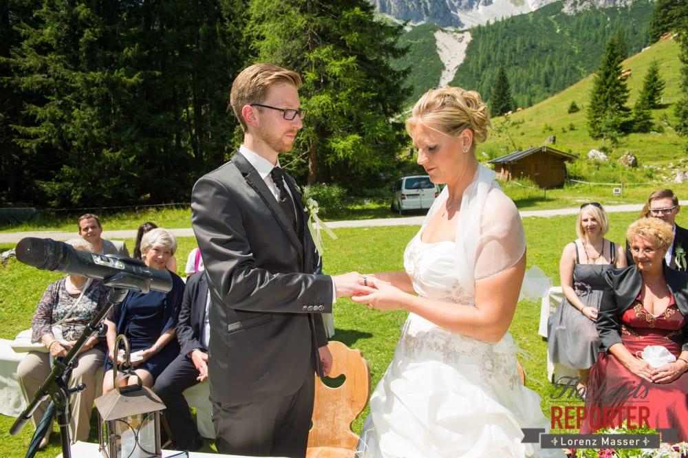 Trauung des Brautpaares, Unterhofalm, Ringtausch, Filzmoos, Hochzeitsfotograf, Wedding Photographer, Lorenz Masser