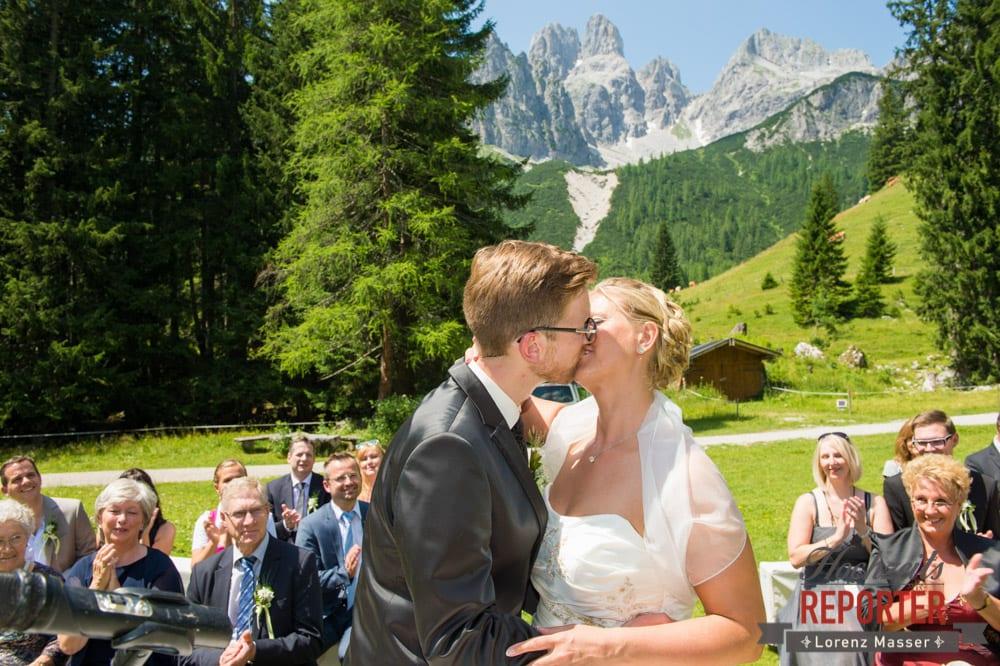 Kuss des Brautpaares, Unterhofalm, Filzmoos, Hochzeitsfotograf, Wedding Photographer, Lorenz Masser