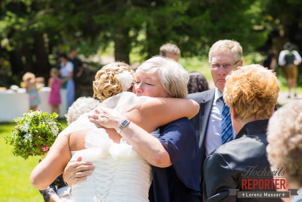 Braut wird umarmt, Unterhofalm, Filzmoos, Hochzeitsfotograf, Wedding Photographer, Lorenz Masser
