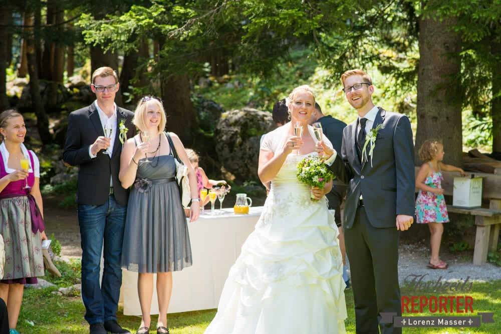 Brautpaar mit Sekt, Unterhofalm, Filzmoos, Hochzeitsfotograf, Wedding Photographer, Lorenz Masser