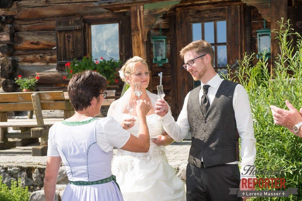 Schnaps trinken zur Hochzeit, Unterhofalm, Filzmoos, Hochzeitsfotograf, Wedding Photographer, Lorenz Masser