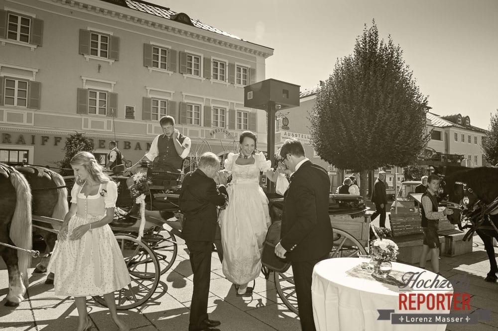 Braut steigt aus Kutsche aus, Radstadt, Wedding Photographer, Hochzeit,Hochzeitsfotograf, Land Salzburg, Lorenz Masser