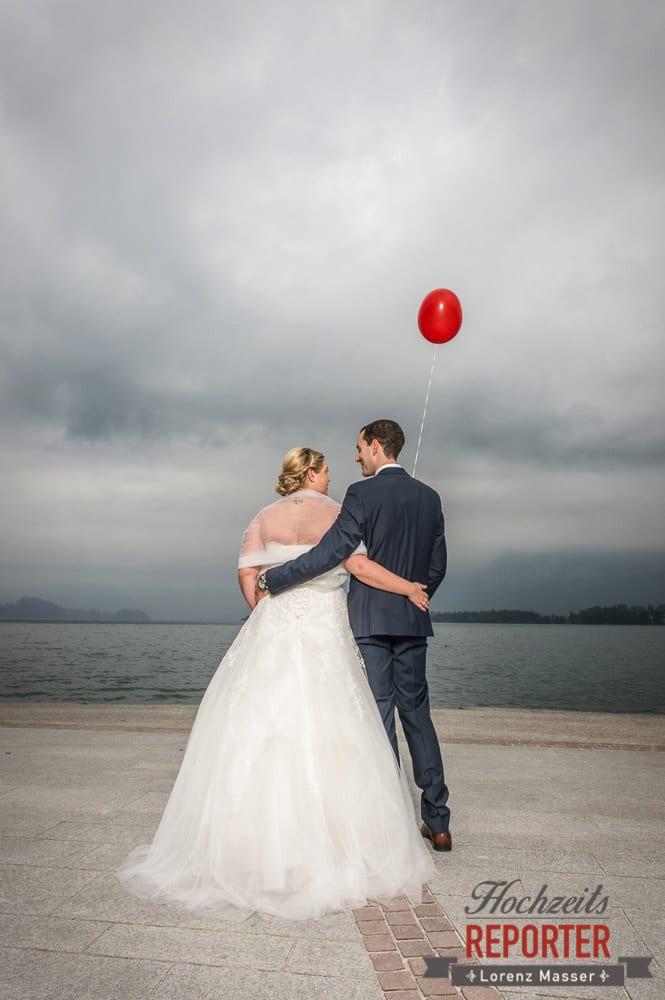 Roter Luftballon gehalten von Bräutigam der Braut anschaut,  Mondsee, Schloss,  Wedding Photographer, Hochzeit,Hochzeitsfotograf, Land Salzburg, Lorenz Masser
