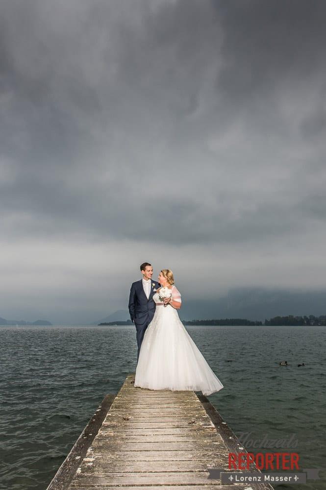 Brautpaar auf Steg, Portrait,  Mondsee, Schloss,  Wedding Photographer, Hochzeit,Hochzeitsfotograf, Land Salzburg, Lorenz Masser