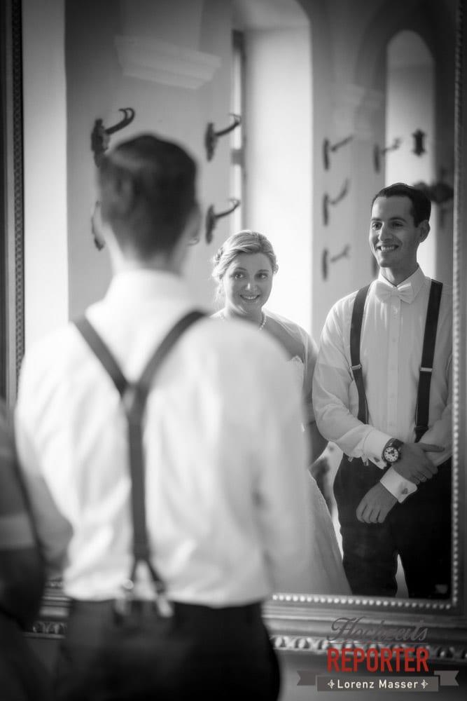 Brautpaar schaut sich im Spiegel an,  Mondsee, Schloss,  Wedding Photographer, Hochzeit,Hochzeitsfotograf, Land Salzburg, Lorenz Masser