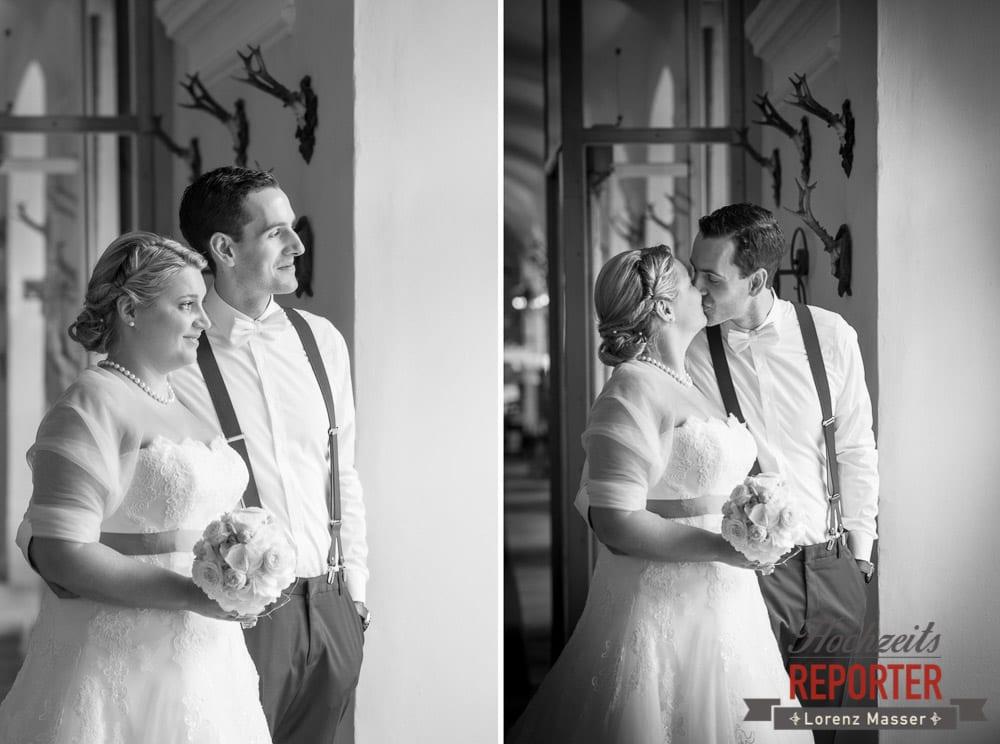 Brautpaar küsst sich und schaut in die Ferne,  Mondsee, Schloss,  Wedding Photographer, Hochzeit,Hochzeitsfotograf, Land Salzburg, Lorenz Masser