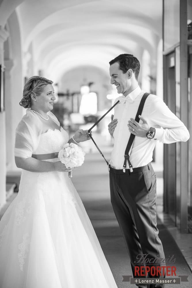 Braut zieht bei Hosenhalter an und Bräutigam halt seine Hände auf seine Brust