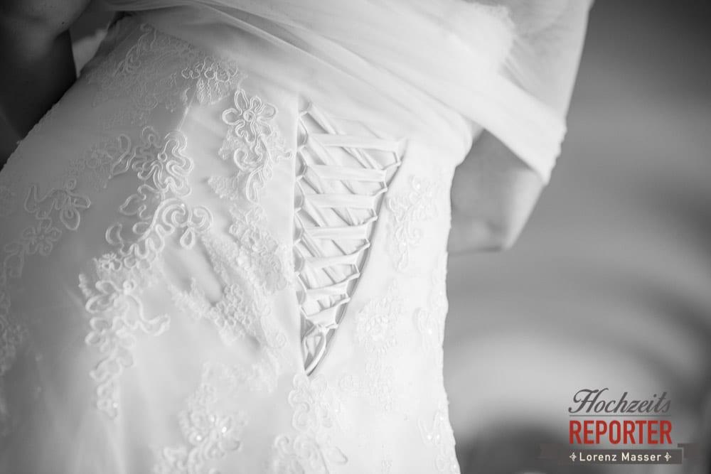 Brautpaar hinten zugeschnürt,  Mondsee, Schloss,  Wedding Photographer, Hochzeit,Hochzeitsfotograf, Land Salzburg, Lorenz Masser