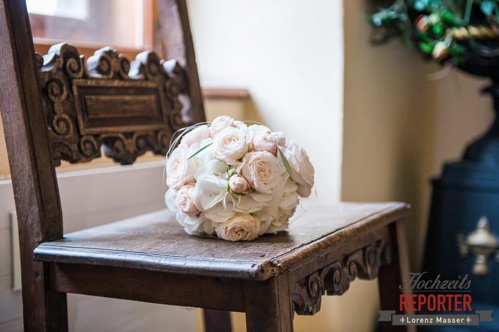 Brautstrauß liegt auf Stuhl, Detail,  Mondsee, Schloss,  Wedding Photographer, Hochzeit,Hochzeitsfotograf, Land Salzburg, Lorenz Masser