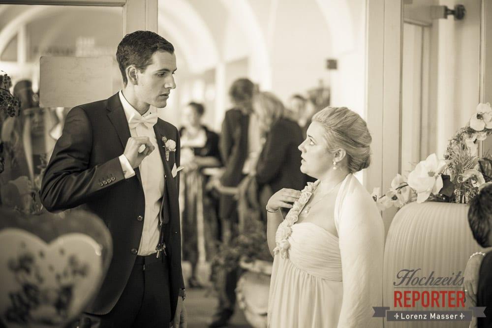 Bräutigam erklärt Braut etwas,  Mondsee, Schloss,  Wedding Photographer, Hochzeit,Hochzeitsfotograf, Land Salzburg, Lorenz Masser