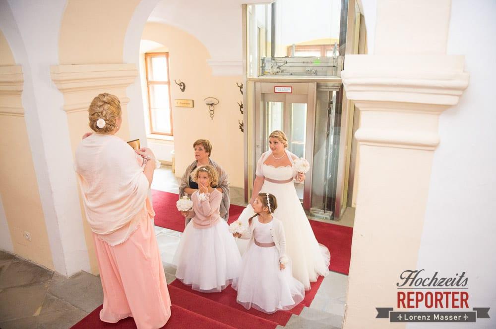 Braut auf dem Weg zum Altar,  Mondsee, Schloss,  Wedding Photographer, Hochzeit, Hochzeitsfotograf, Land Salzburg, Lorenz Masser