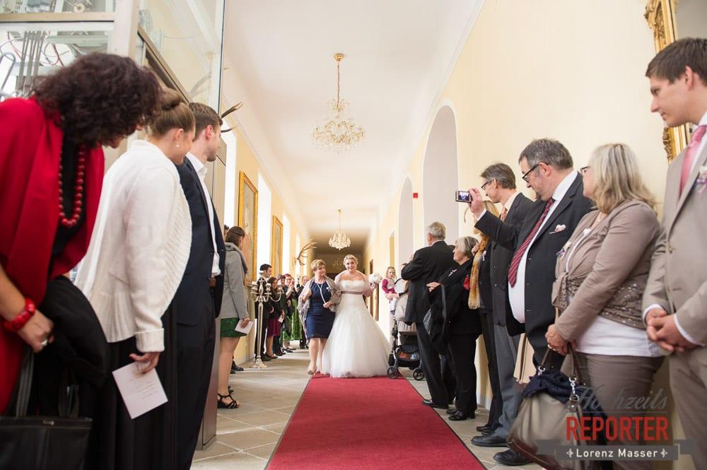 Braut mit Mutter,  Mondsee, Schloss,  Auf dem Weg zum Altar, Wedding Photographer, Hochzeit,Hochzeitsfotograf, Land Salzburg, Lorenz Masser