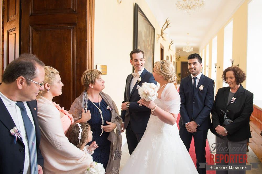 Mutter wird vom Brautpaar abgelöst,  Mondsee, Schloss,  Wedding Photographer, Hochzeit,Hochzeitsfotograf, Land Salzburg, Lorenz Masser