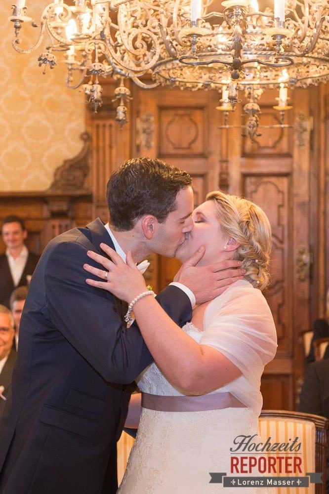 Kuss des Brautpaares,  Mondsee, Schloss,  Wedding Photographer, Hochzeit,Hochzeitsfotograf, Land Salzburg, Lorenz Masser