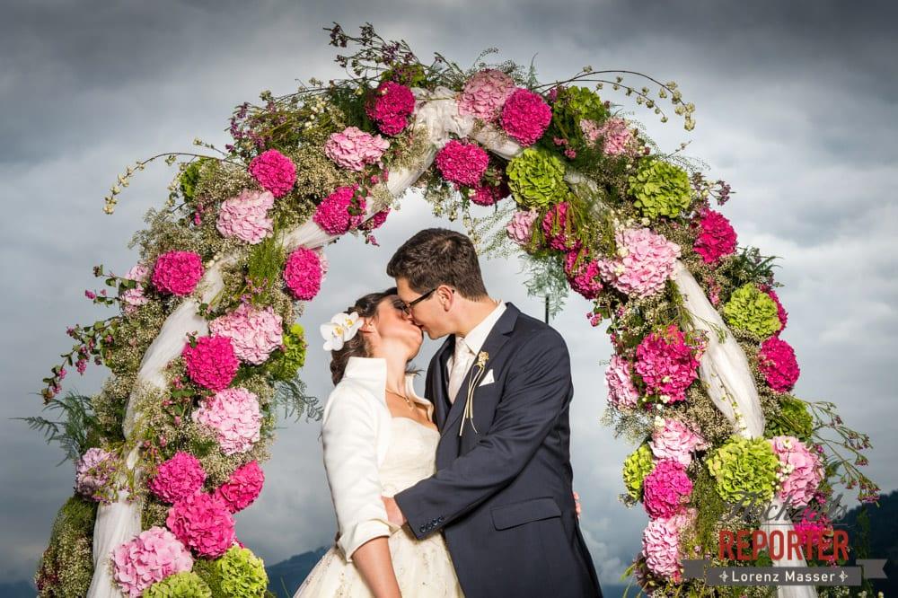 Brautpaar küsst sich unter Bogen, Schloss Prielau, Zell am See,  Wedding Photographer, Hochzeit,Hochzeitsfotograf, Land Salzburg, Lorenz Masser