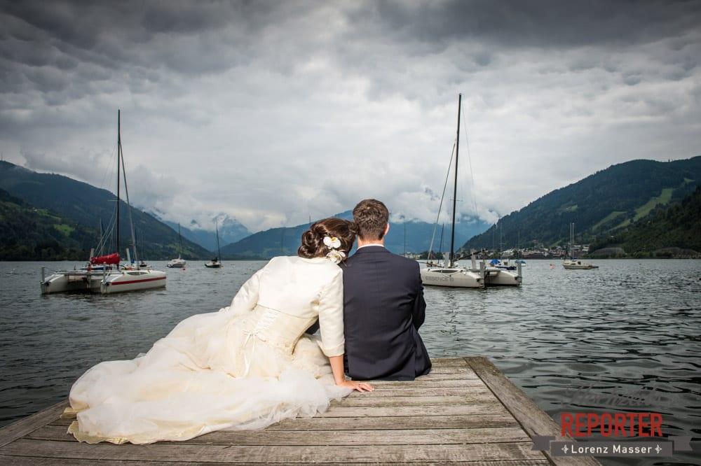 Brautpaar schaut auf See hinaus, Schloss Prielau, Zell am See,  Wedding Photographer, Hochzeit,Hochzeitsfotograf, Land Salzburg, Lorenz Masser