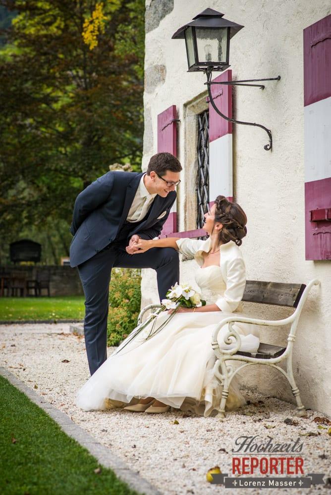Braut sitzt auf Bank und Bräutigam hällt Hand von Braut, Schloss Prielau, Zell am See,  Wedding Photographer, Hochzeit,Hochzeitsfotograf, Land Salzburg, Lorenz Masser