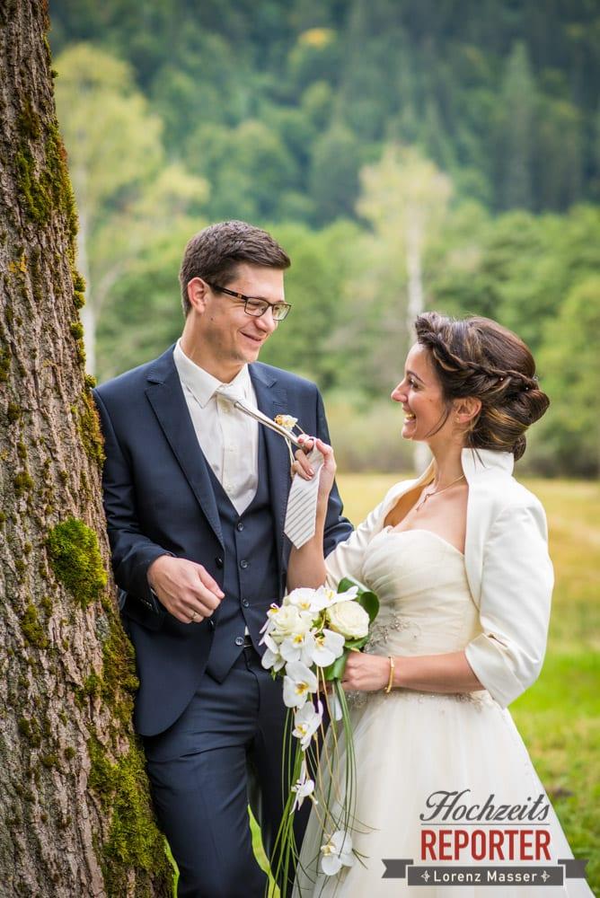 Brautpaar zieht Bräutigam zu sich hin, Schloss Prielau, Zell am See,  Wedding Photographer, Hochzeit,Hochzeitsfotograf, Land Salzburg, Lorenz Masser