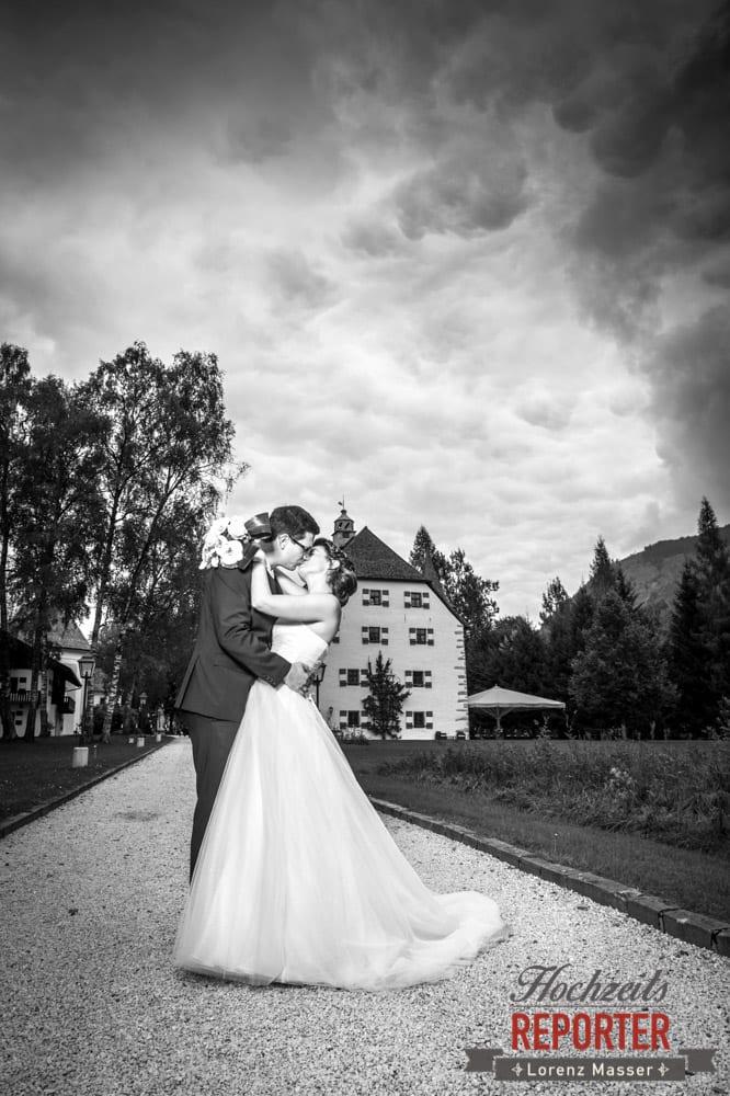 Brautpaar küsst sich vor Schloss, Schloss Prielau, Zell am See,  Wedding Photographer, Hochzeit,Hochzeitsfotograf, Land Salzburg, Lorenz Masser