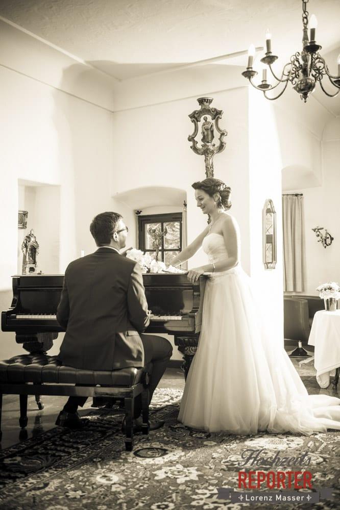 Bräutigam sitzt am Klavier und Spielt für Braut, Schloss Prielau, Zell am See,  Wedding Photographer, Hochzeit,Hochzeitsfotograf, Land Salzburg, Lorenz Masser