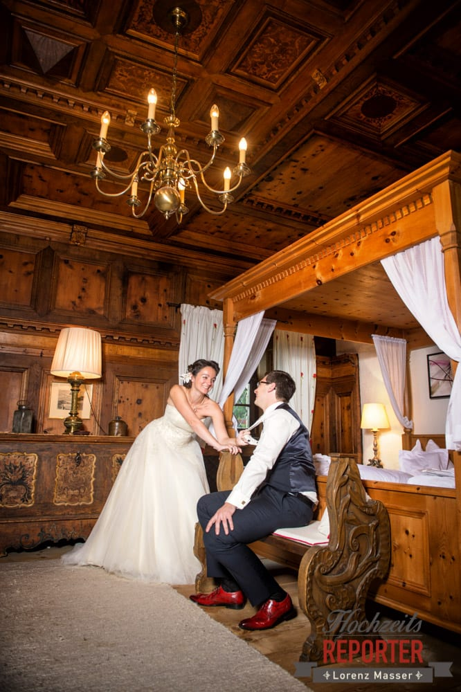 Braut zieht Bräutigam an der Krawatte, Schloss Prielau, Zell am See,  Wedding Photographer, Hochzeit,Hochzeitsfotograf, Land Salzburg, Lorenz Masser