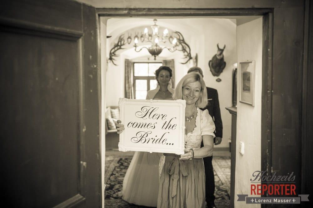 Braut geht los, Schild mit Here comes the Bride, Schloss Prielau, Zell am See,  Wedding Photographer, Hochzeit,Hochzeitsfotograf, Land Salzburg, Lorenz Masser
