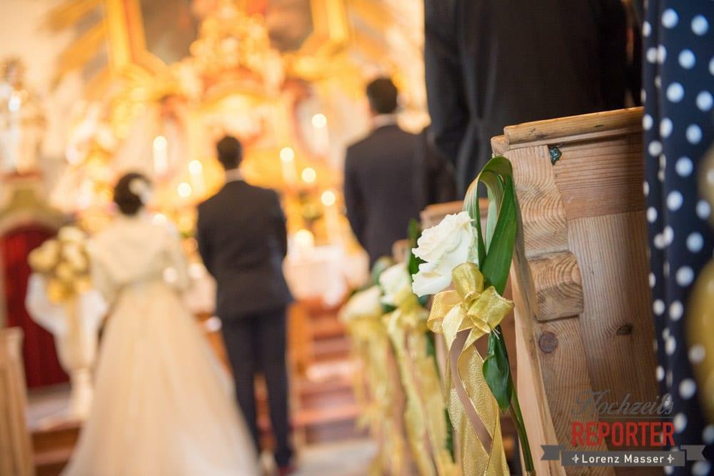 Deko in der Kirche, Blumendeko, Brautpaar am Altar, Schloss Prielau, Zell am See,  Wedding Photographer, Hochzeit,Hochzeitsfotograf, Land Salzburg, Lorenz Masser