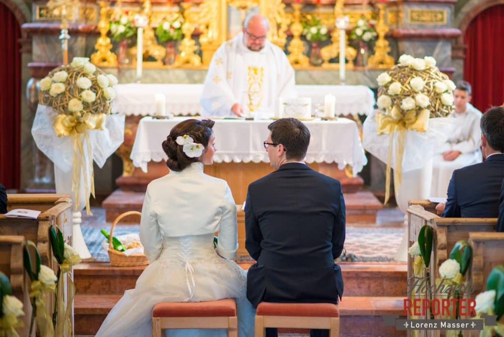 Brautpaar schaut sich während der Trauung an, Schloss Prielau, Zell am See,  Wedding Photographer, Hochzeit,Hochzeitsfotograf, Land Salzburg, Lorenz Masser