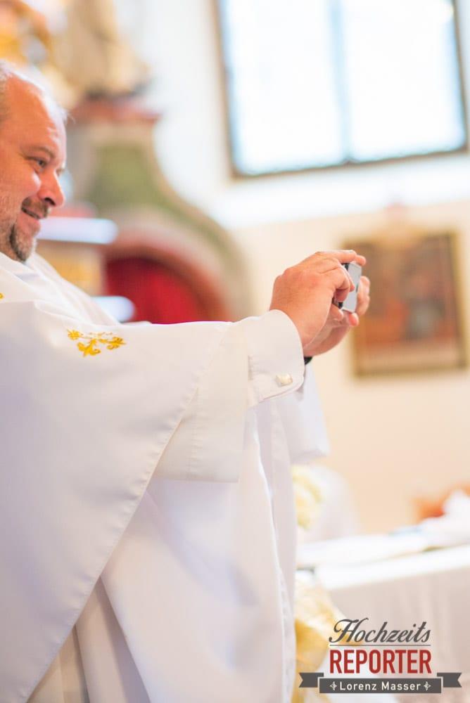 Pfarrer mach Foto mit Handy vom Brautpaar, Schloss Prielau, Zell am See,  Wedding Photographer, Hochzeit,Hochzeitsfotograf, Land Salzburg, Lorenz Masser