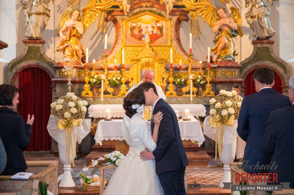 Brautpaar küsst sich, Trauung, Schloss Prielau, Zell am See,  Wedding Photographer, Hochzeit,Hochzeitsfotograf, Land Salzburg, Lorenz Masser