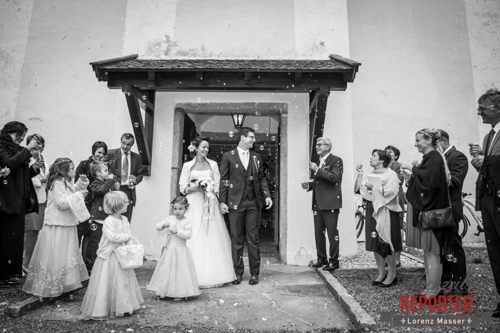 Brautpaar kommt aus Kirche und wird mit vielen Seifenblasen begrüßt, Schloss Prielau, Zell am See,  Wedding Photographer, Hochzeit,Hochzeitsfotograf, Land Salzburg, Lorenz Masser