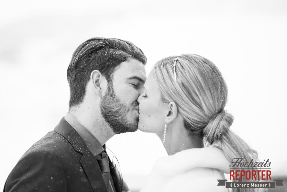Brautpaar küsst sich im Schnee, Seekarhaus, Obertauern, Wedding Photographer, Hochzeit,Hochzeitsfotograf, Land Salzburg, Lorenz Masser