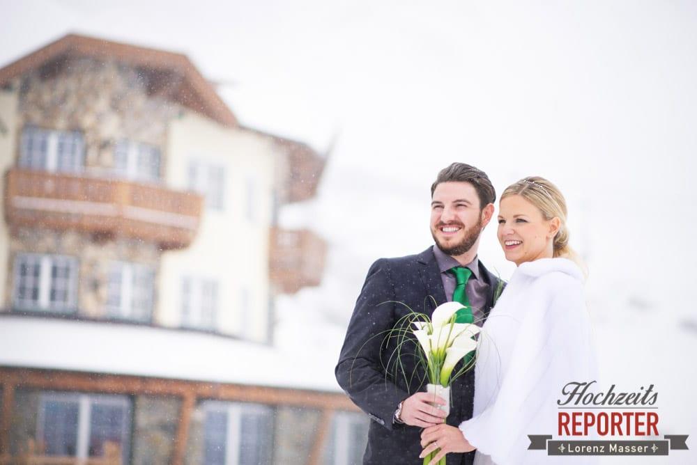 Brautpaar schaut in die Ferne im Winter, Seekarhaus, Obertauern, Wedding Photographer, Hochzeit,Hochzeitsfotograf, Land Salzburg, Lorenz Masser