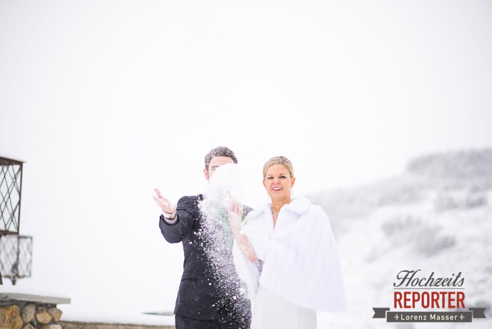 Brautpaar wirft Schnee, Portrait, Seekarhaus, Obertauern, Wedding Photographer, Hochzeit,Hochzeitsfotograf, Land Salzburg, Lorenz Masser