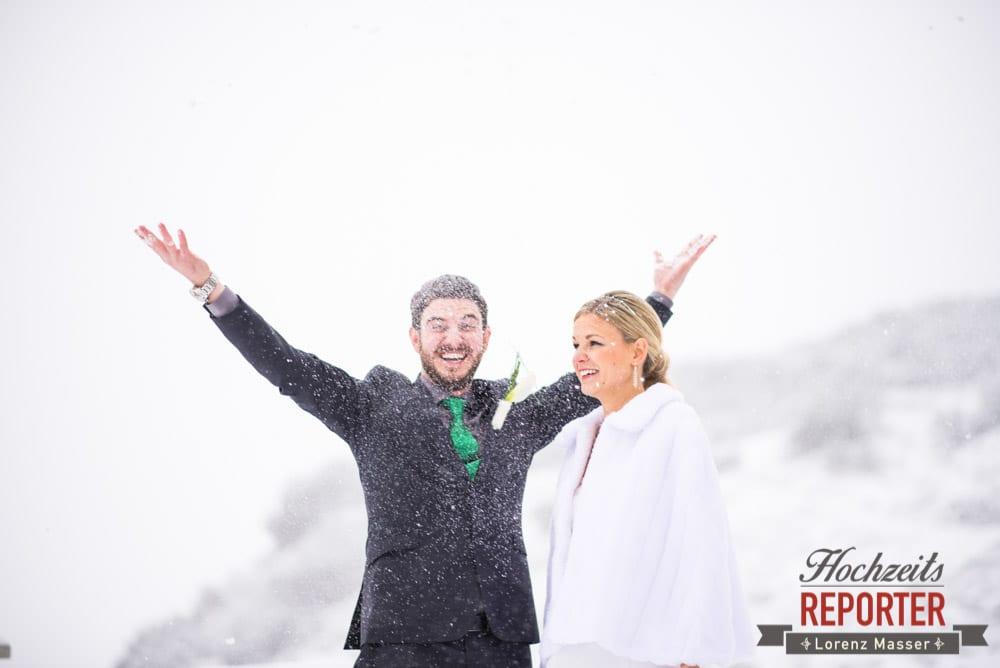 Brautpaar im Schnee, Brautpaar wirft Schnee, Seekarhaus, Obertauern, Wedding Photographer, Hochzeit,Hochzeitsfotograf, Land Salzburg, Lorenz Masser