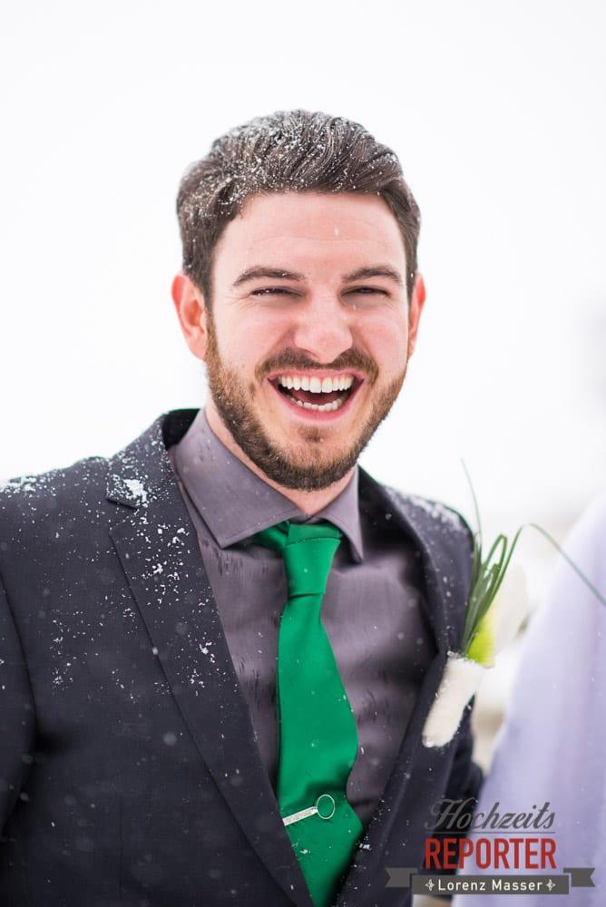 Bräutigam lacht im Schnee, Portrait